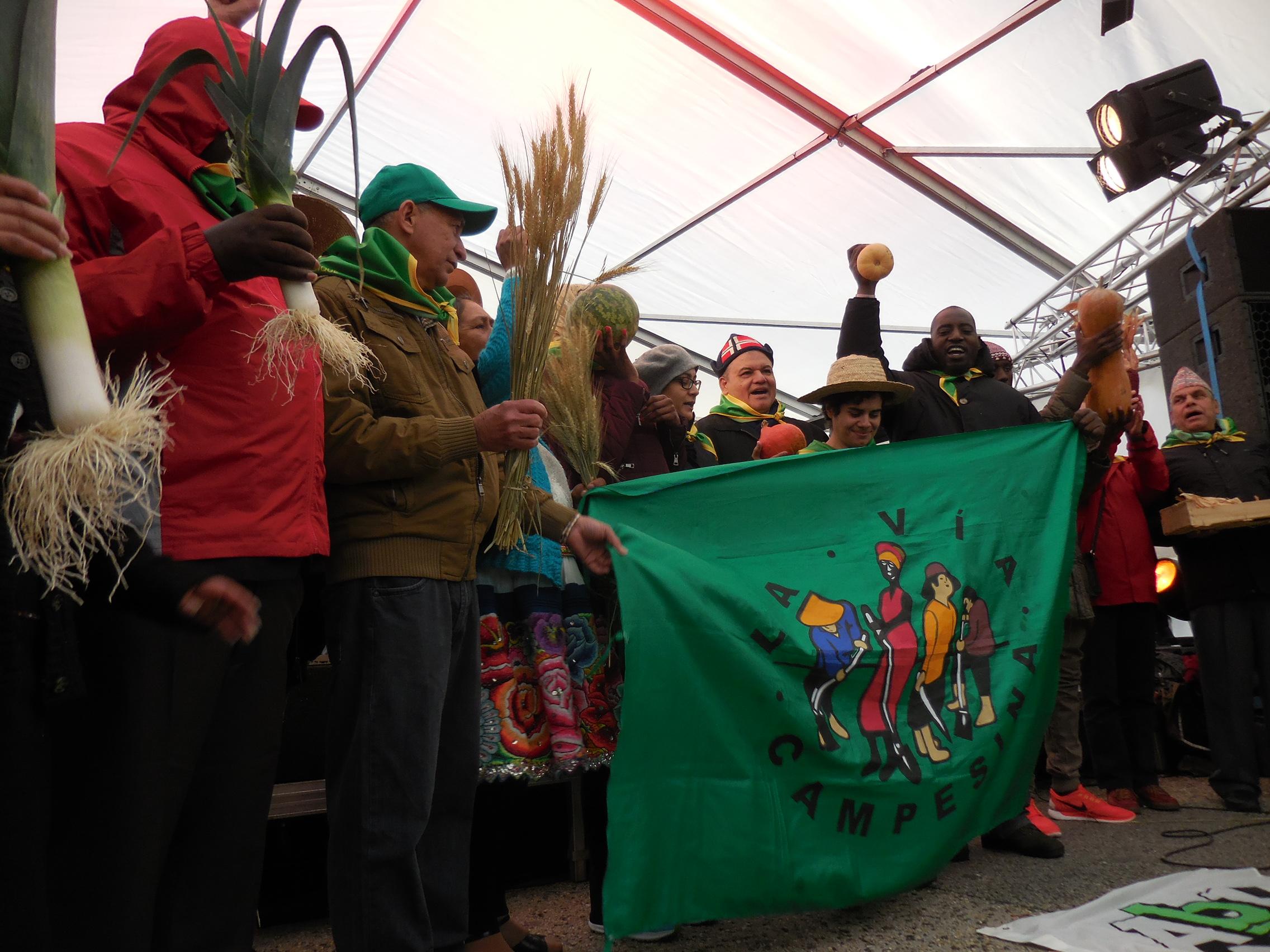 5 et 6 décembre 2015 : Montreuil, France. Une délégation d'une trentaine de paysans et de paysannes de la Via Campesina participe tout le week end, ...
